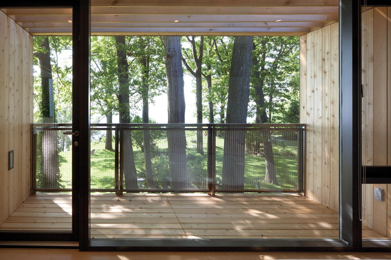 Балкон с большими окнами..