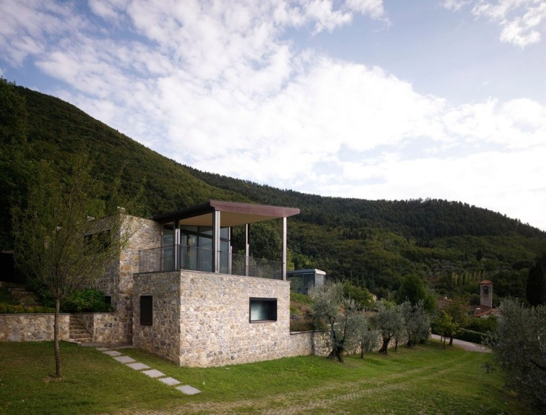 Contemporary pool house located in Prato, Italy