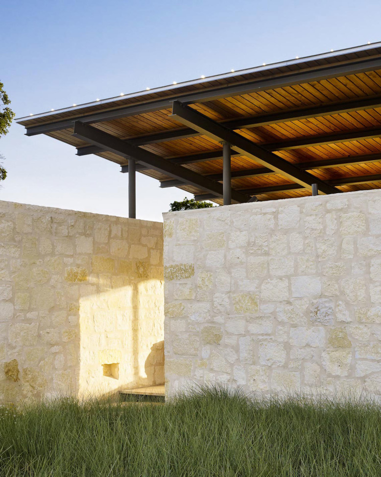simple pavilion that serves as an airy living room