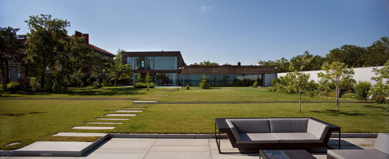 Water Patio House by Drozdov & Partners
