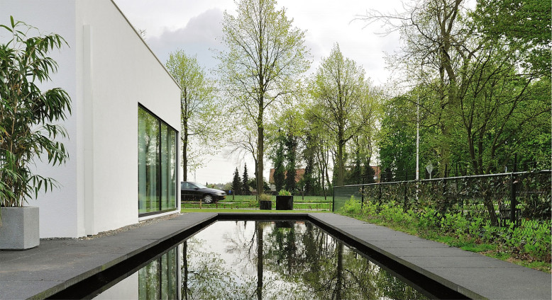 Modern House by Maxim Winkelaar and Bob Ronday
