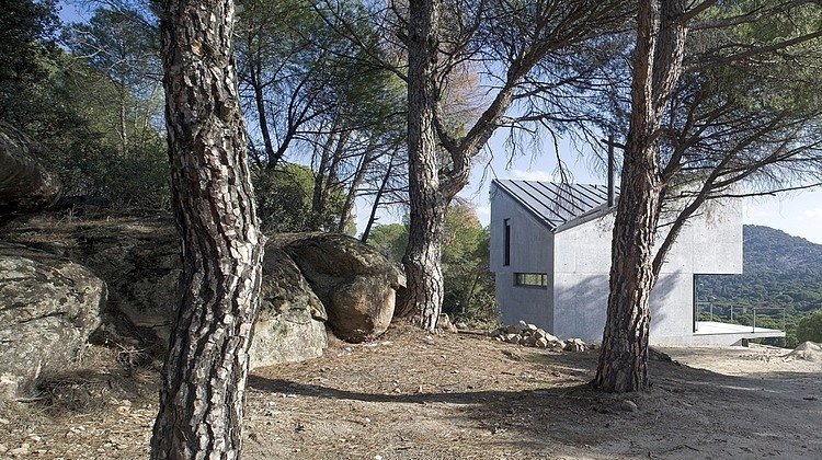 Concrete two-storey house with panoramic views in Spain