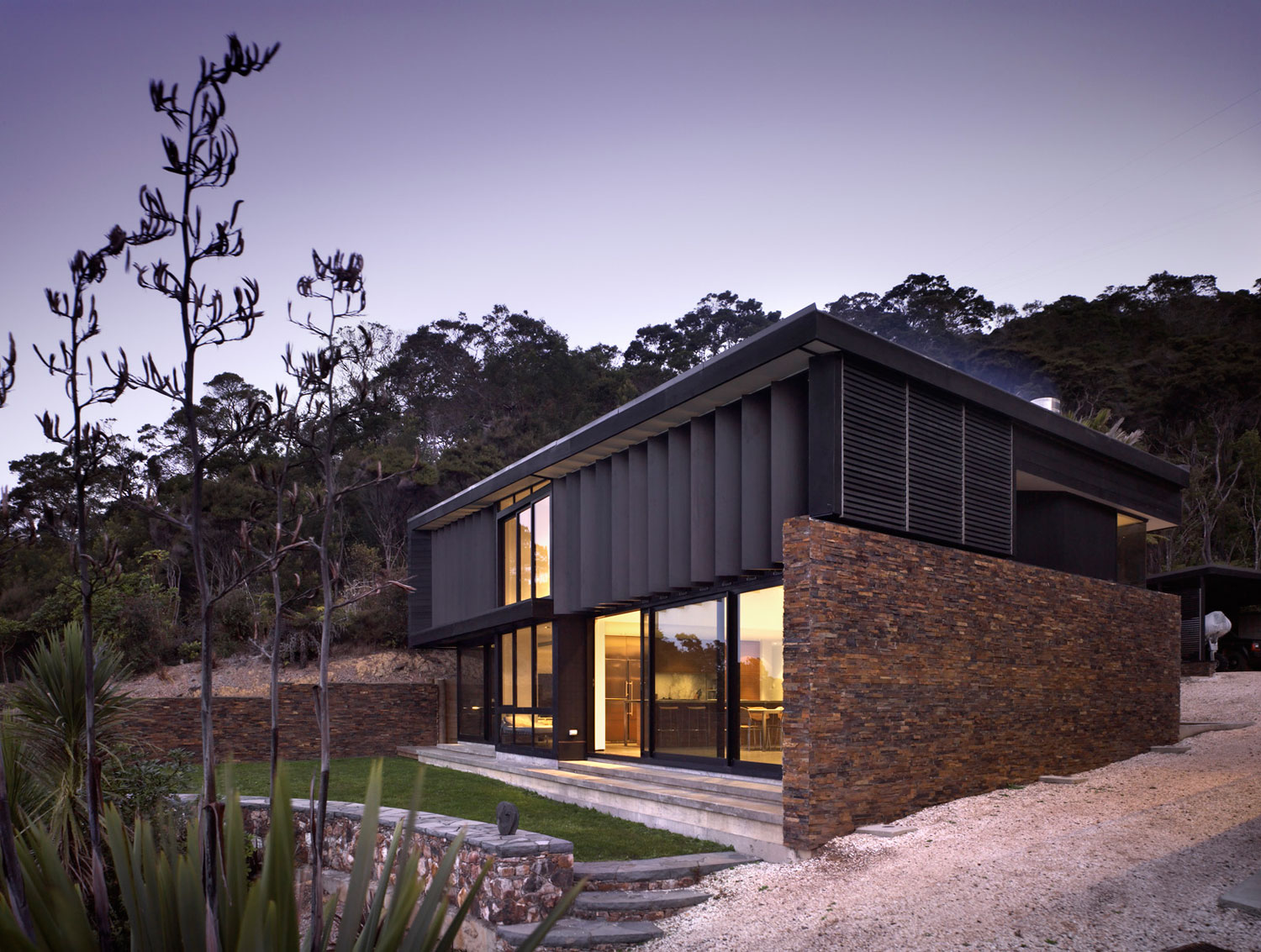 Contemporary beach house in New Zealand by Daniel Marshall ...