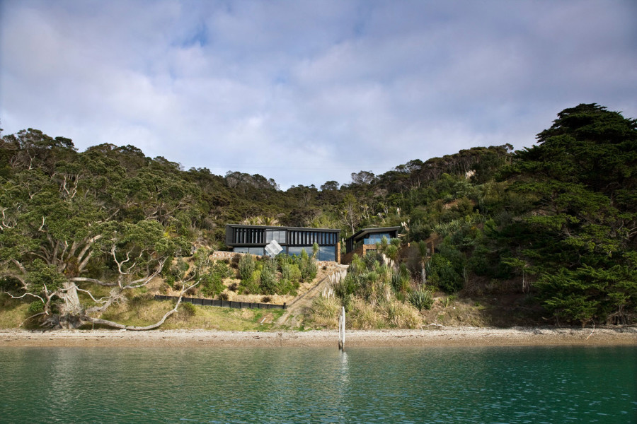 Contemporary beach house in New Zealand by Daniel Marshall Architects