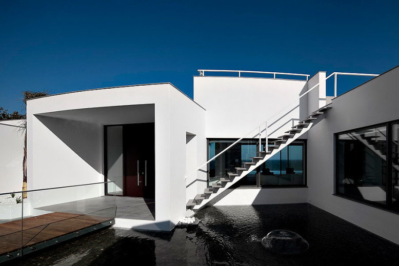 Colunata House by Mario Martins Atelier