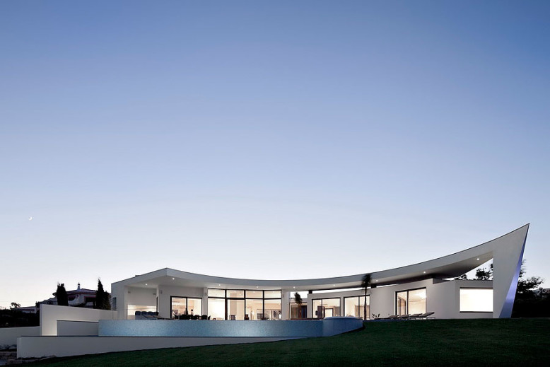 Modern House by Mario Martins Atelier