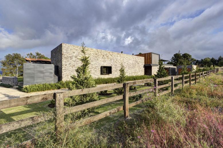Contemporary stone house by Elías Rizo Arquitectos