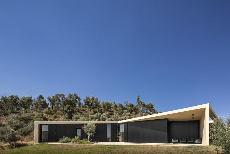 Tomar Hill House by Contaminar Arquitectos