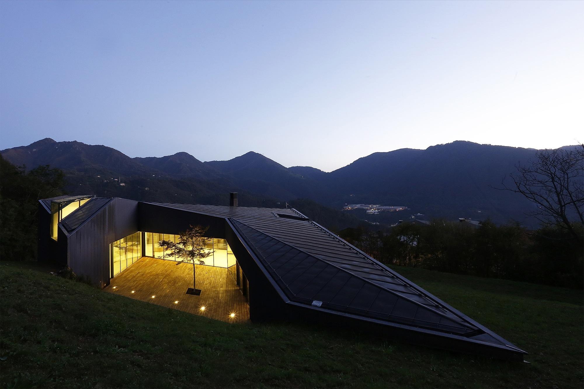 Alps villa by camillo botticini homedezen for Architetto brescia