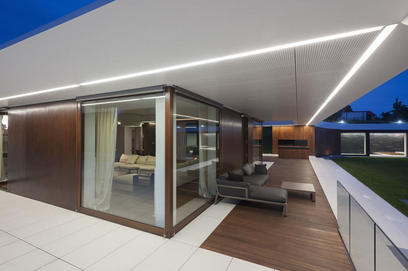 Contemporary House by Mobius Architecture