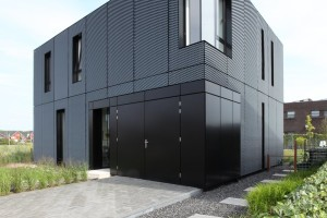 Black Aluminium Box hides bright interior: Villa DVT