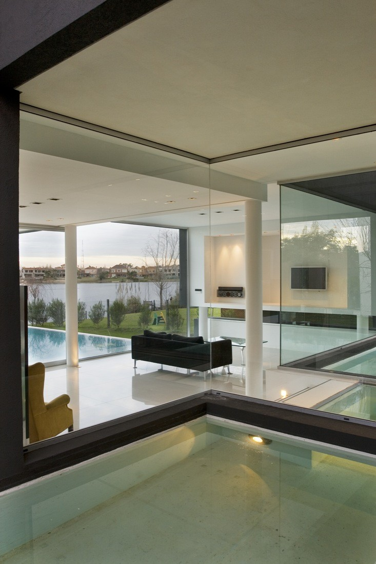 Spacious Home by Andres Remy Arquitectos